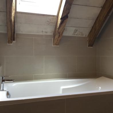 La Grange de Lily : salle de bains / douche, avec baignoire corvette Jacob delafon.