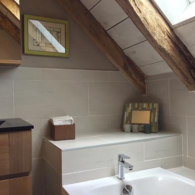 La Grange de Lily : salle de bains / douche, avec baignoire corvette Jacob delafon et tablette faïencée.