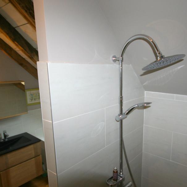 La Grange de Lily : salle de bains / douche, avec douche à l'italienne.