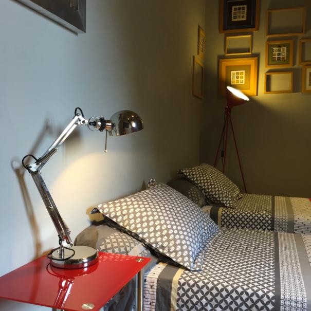 Chambre Romane, deux lits simples. Lampe et cadres rétro vintage.