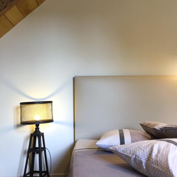 Chambre Mathilde, lit double - focus sur lampe retro vintage et tête de lit déco.
